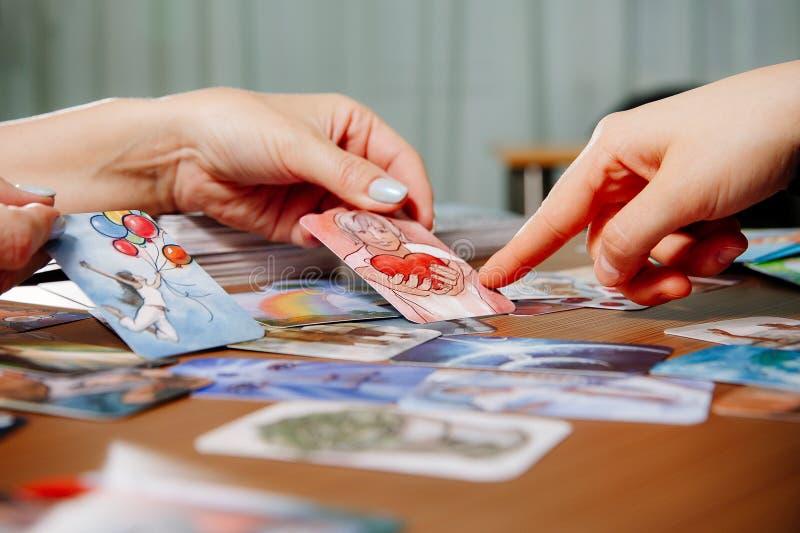 Wahrsager, der Tarockkarten verwendet stockbild