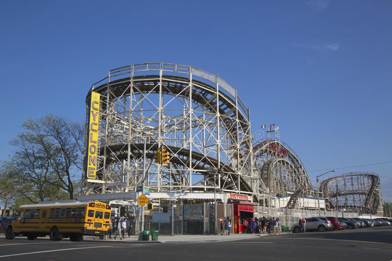 Wahrzeichen-Wirbelsturm-Achterbahn im Coney Island-Abschnitt von Brooklyn lizenzfreies stockfoto