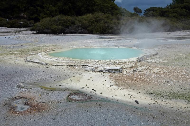 Wai-O-Tapu geotermisk blå pöl i Rotorua, Nya Zeeland royaltyfri foto