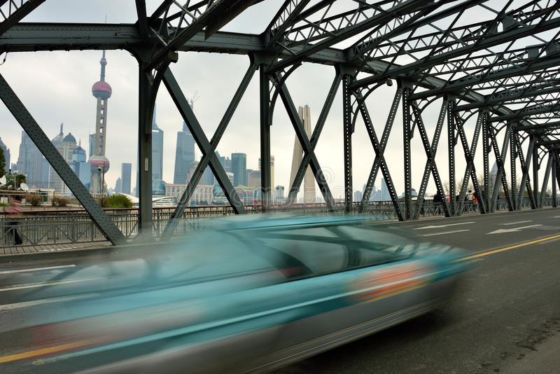 Waibaidu överbryggar och Shanghai horisont fotografering för bildbyråer