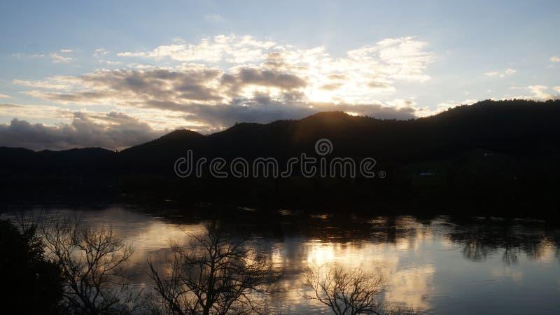 Waikato-Fluss-Wintersonnenuntergang in Ngaruawahia stockbilder
