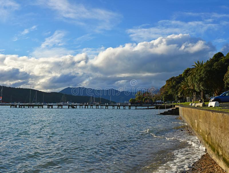 Waikawa海湾全景在冬天,马尔伯勒听起来,新西兰 免版税库存照片