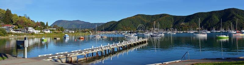 Waikawa海湾有跳船的,马尔伯勒声音,NZ清早全景 免版税库存图片