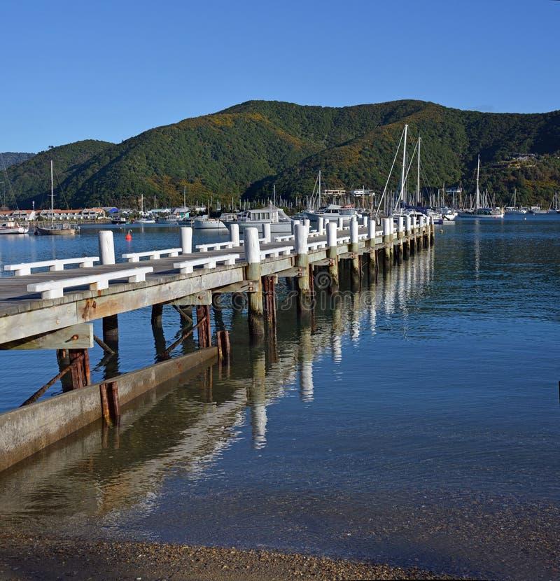 Waikawa跳船在冬天,马尔伯勒听起来,新西兰 免版税库存图片