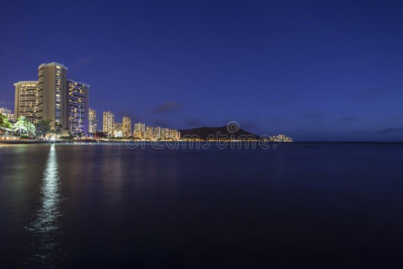 Waikiki海滩檀香山夏威夷晚上 库存图片