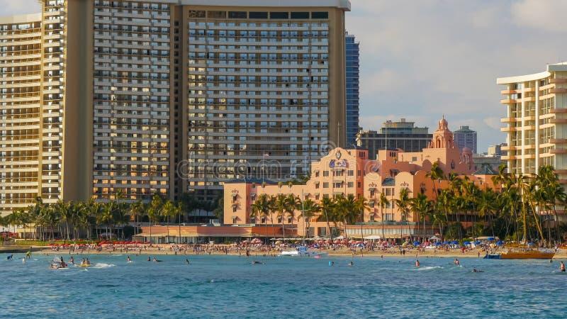 WAIKIKI, ESTADOS UNIDOS DA AMÉRICA - 12 DE JANEIRO DE 2015: praia famosa do waikiki e o hotel havaiano real histórico foto de stock