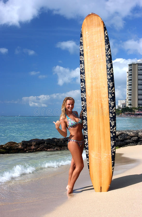 waikiki praticante il surfing fotografie stock