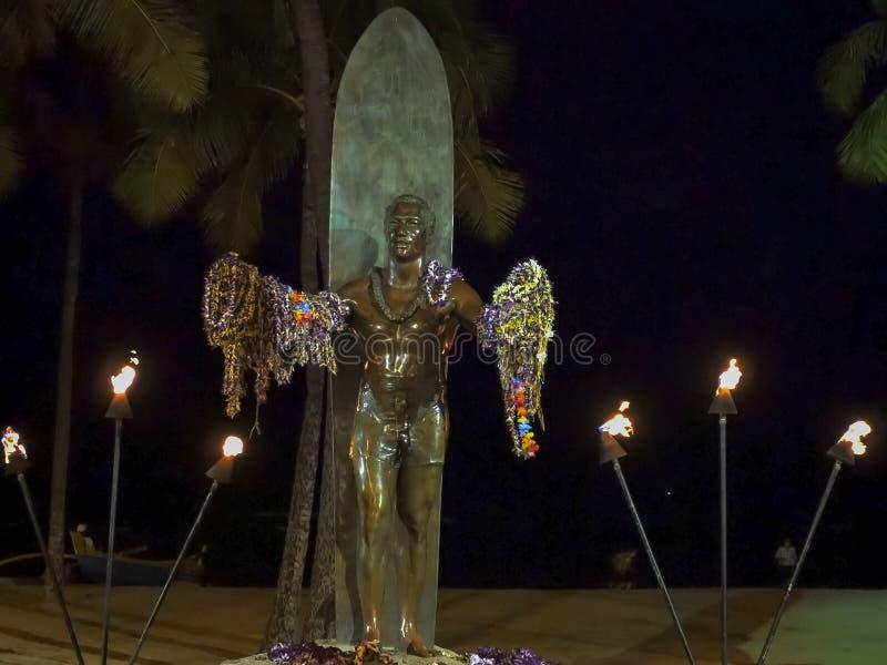 WAIKIKI, STANY ZJEDNOCZONE AMERYKA, STYCZEŃ - 12 2015: diuka kahanamoku statua w waikiki przy nocą obraz stock