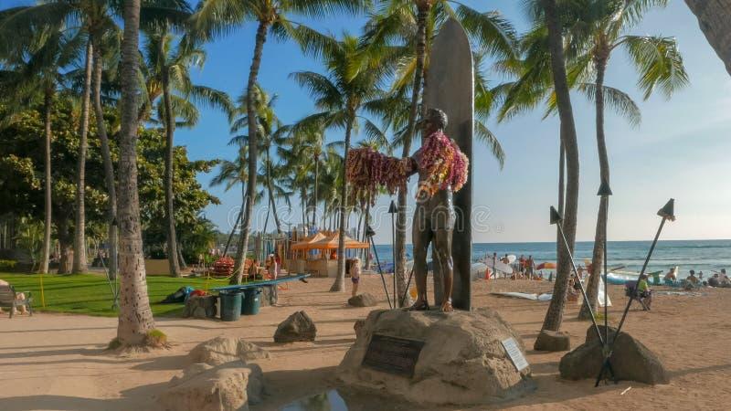WAIKIKI, STATI UNITI D'AMERICA - 12 GENNAIO 2015: la statua famosa di kahanamoku di duca in waikiki immagini stock