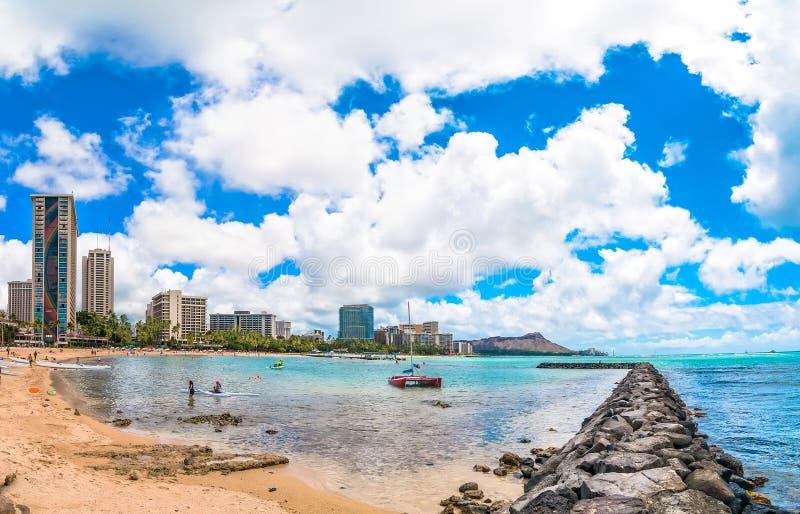 Waikiki strand med pir och fartyg i Honolulu arkivbilder