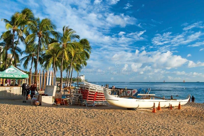 Waikiki-Strand mit Brandungen und azurblaues Wasser in Hawaii lizenzfreie stockfotos
