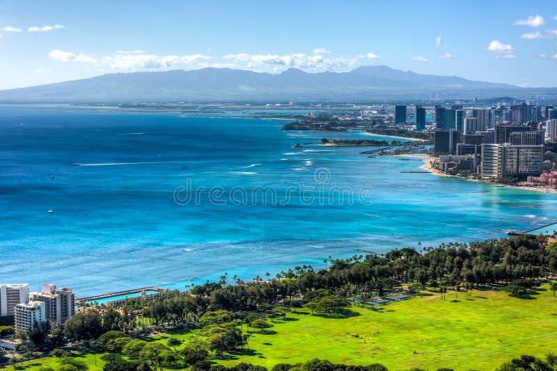 Waikiki Strand und Honolulu lizenzfreies stockbild