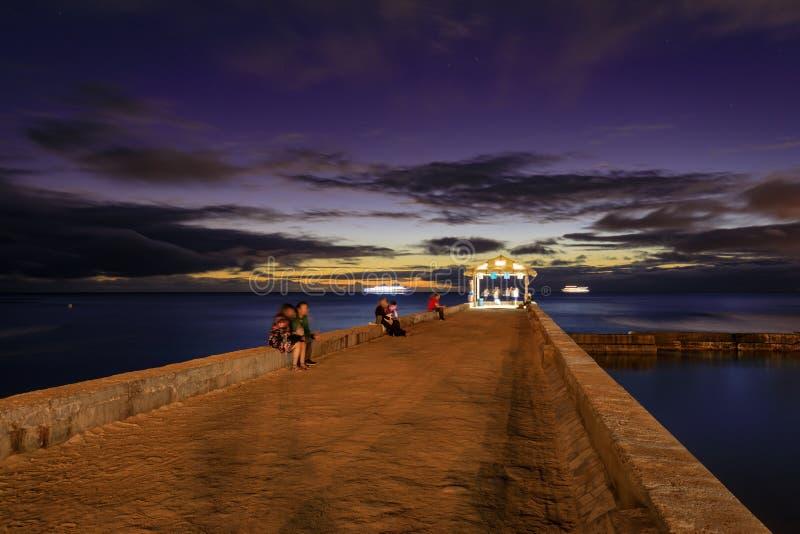 Waikiki-Strand-Wandpier bei einem goldenen Stundensonnenuntergang lizenzfreies stockbild