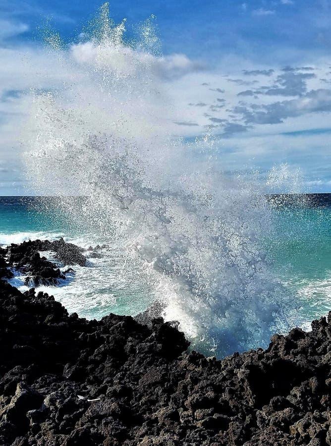 Waikoloa, Hawaje rozbijające falę obrazy royalty free