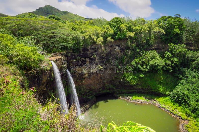 Wailua nedgångar, panoramautsikt av de tvilling- vattenfallen i en grön inställning, Kauai, Hawaii, USA arkivfoton