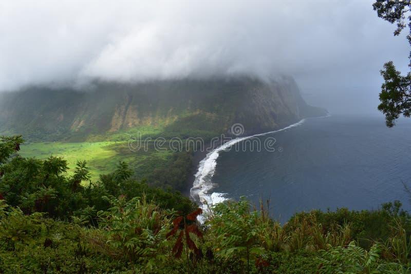 Waimea谷夏威夷忽略肥沃乌托邦天堂谷海岸重的云层有雾的看法从山上面的与 免版税库存照片