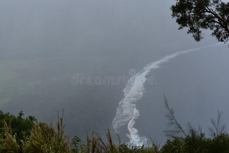 Waimea谷夏威夷忽略肥沃乌托邦天堂谷海岸重的云层有雾的看法从山上面的与 库存照片