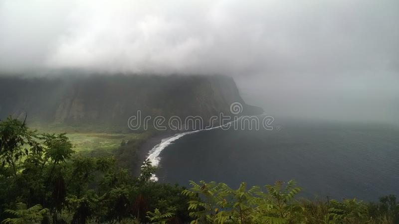 Waimea谷夏威夷忽略肥沃乌托邦天堂谷海岸重的云层有雾的看法从山上面的与 免版税图库摄影