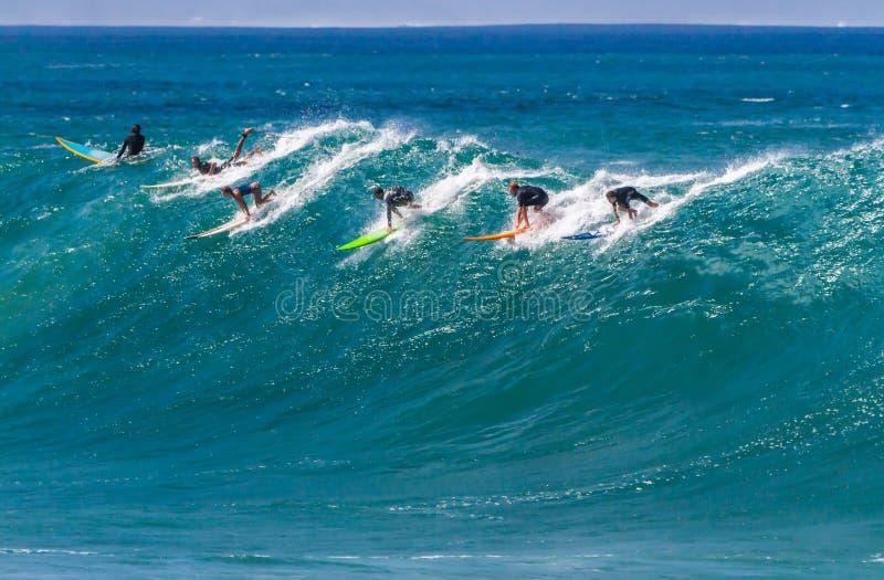 Waimeabaai HALLO, Surfers die een golf berijden royalty-vrije stock foto