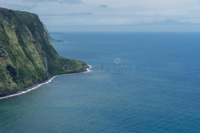 Waipio在夏威夷的大岛的谷远景有毛伊剪影的在背景中 免版税库存照片