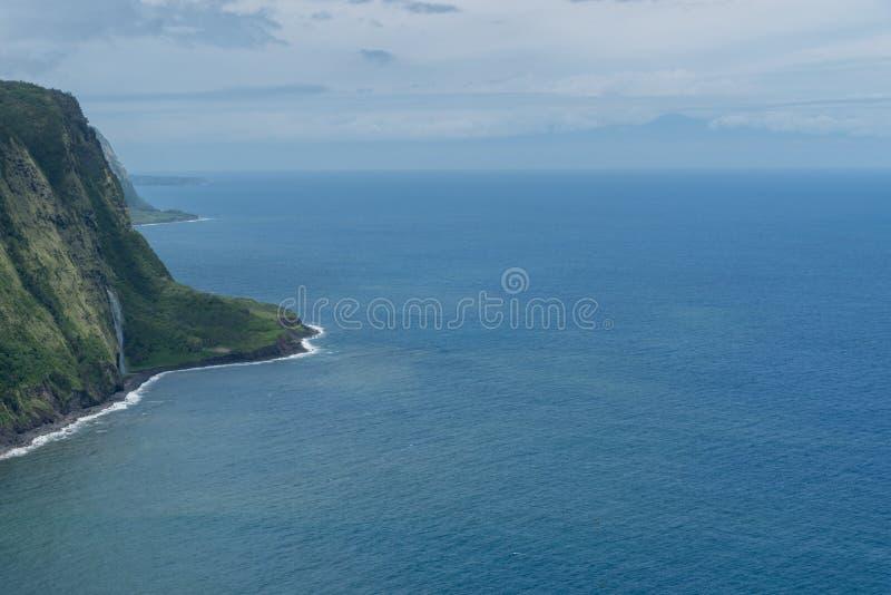 Waipio在夏威夷的大岛的谷远景有毛伊剪影的在背景中 免版税库存图片