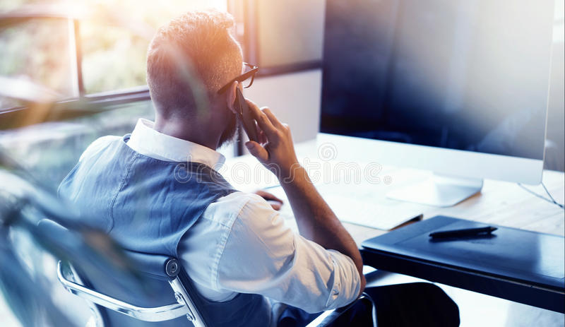 Waistcoat farpado de Wearing White Shirt do homem de negócios do close up que trabalha o computador moderno da partida do sótão U imagens de stock