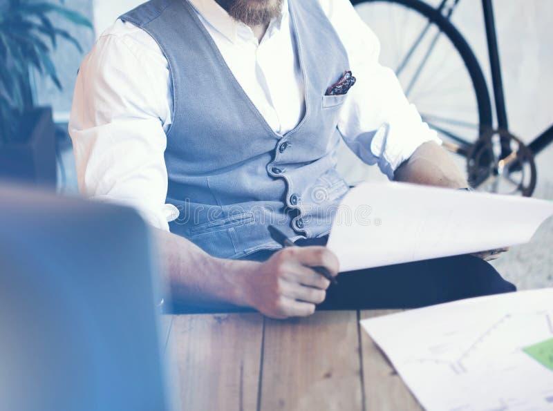 Waistcoat farpado novo da camisa de Wearing Glasses White do homem de negócios do close up que trabalha a partida moderna do escr imagem de stock royalty free