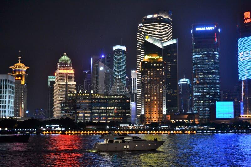 Waitandijk bij nacht in Shanghai China, rivier stock afbeelding