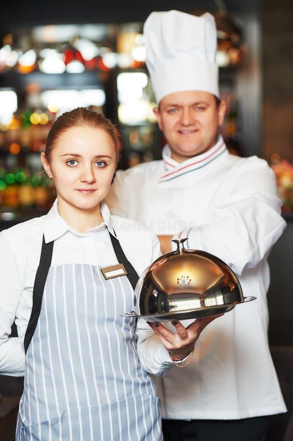 Waitres и шеф-повар в ресторане стоковые изображения rf