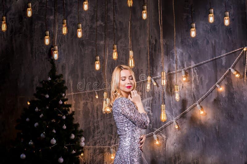 Wakacje, świętowanie i ludzie pojęć, - młoda kobieta w eleganckiej sukni nad bożego narodzenia wnętrza tłem blondynek piękni poto obraz stock