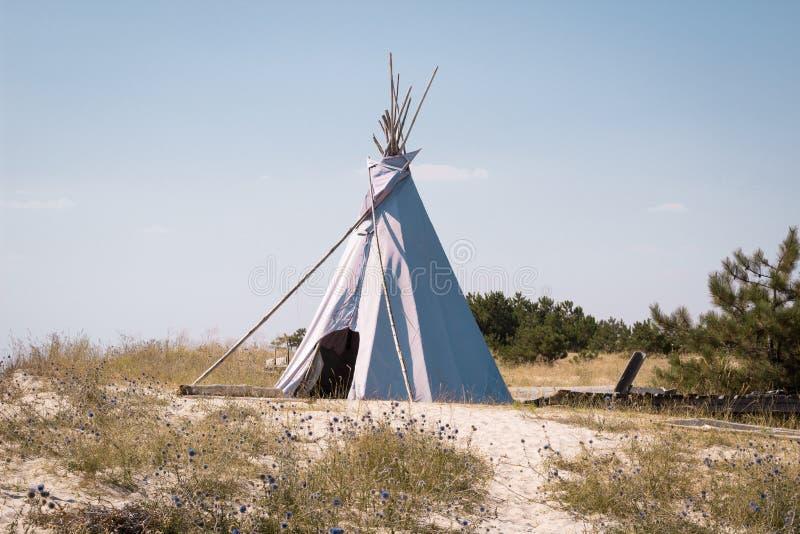 Wakacje campingowy namiot, indyjska wigwam buda w suchej dzikiej natury stepu preryjnej pustyni, zdjęcie royalty free