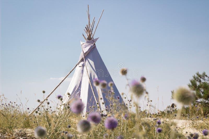 Wakacje campingowy namiot, indyjska wigwam buda w suchym dzikim natury prerii stepie, obrazy stock