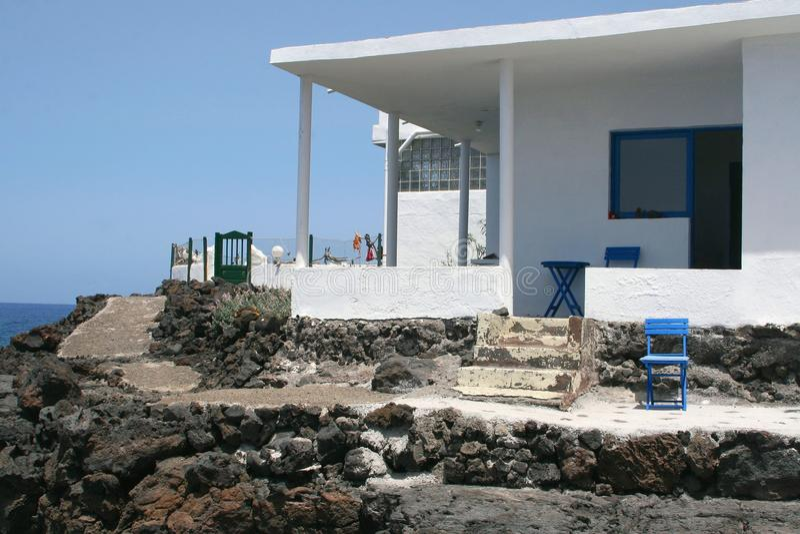 Wakacje dom na skałach nad ocean obraz stock