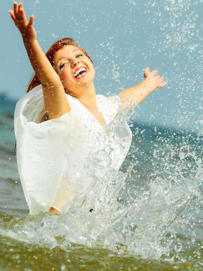 wakacje Dziewczyny chełbotania woda ma zabawę na morzu obrazy royalty free
