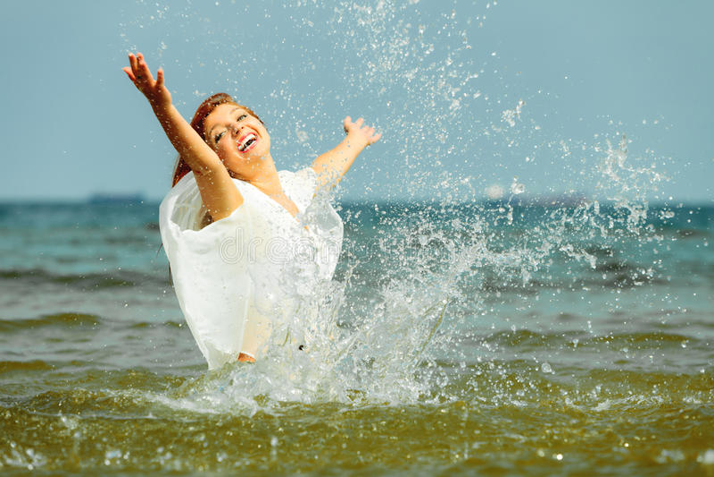 wakacje Dziewczyny chełbotania woda ma zabawę na morzu fotografia royalty free