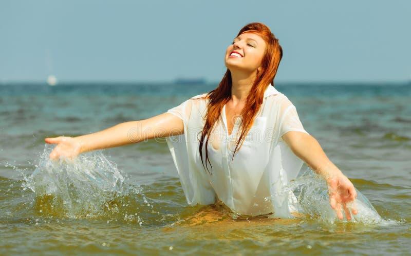 wakacje Dziewczyny chełbotania woda ma zabawę na morzu obraz royalty free