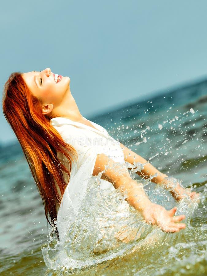 wakacje Dziewczyny chełbotania woda ma zabawę na morzu fotografia stock