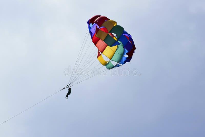 Wakacje, ekstremum bawi się - kolorowego spadochron nad niebem z chmurami zdjęcie royalty free