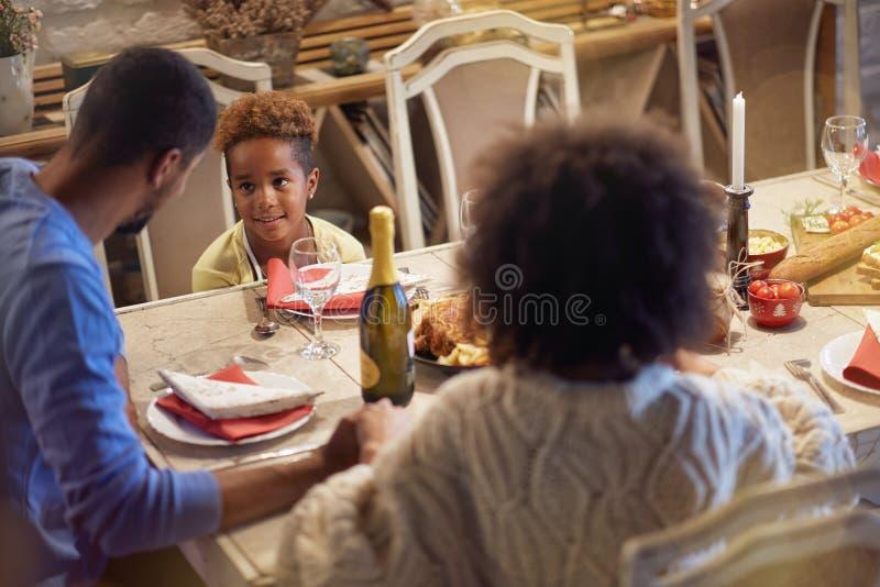 Wakacje i świętowania pojęcie - szczęśliwa rodzina ma Bożenarodzeniowego gościa restauracji w domu obraz stock