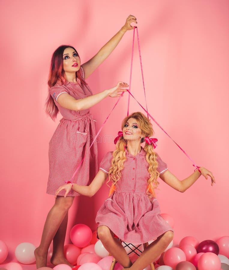 wakacje i lale kreatywnie pomysł Śmieszna reklama retro dziewczyny w partyjnych balonach rocznik mody kobiety kukiełkowe szalony zdjęcia stock