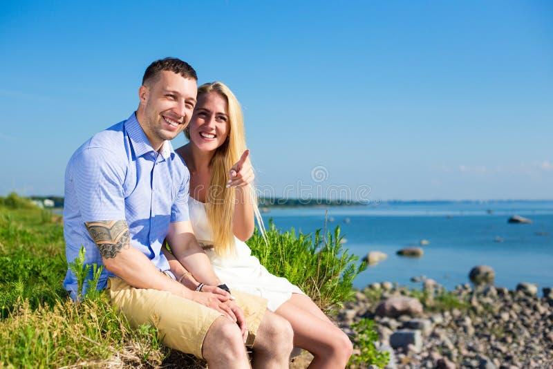 Wakacje i podróży pojęcie - szczęśliwa uśmiechnięta para na roc obrazy royalty free