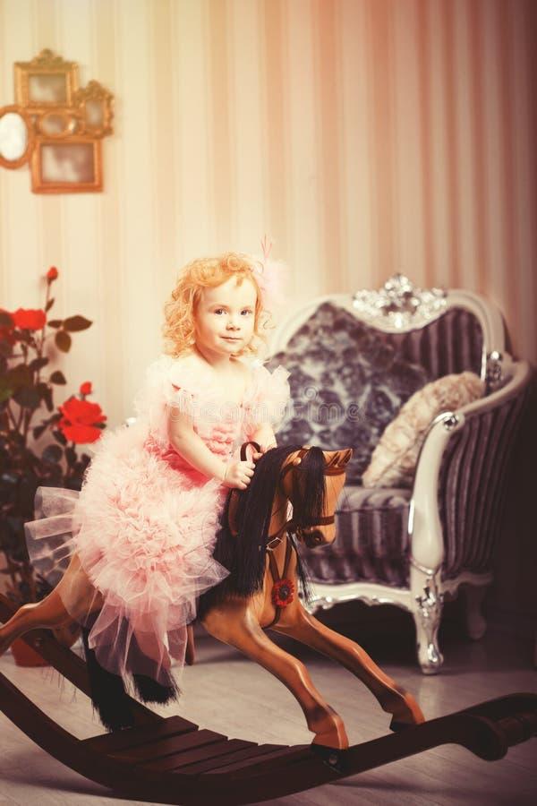 Wakacje karta w rocznika stylu Mały princess jechać zabawkarscy hors obraz stock