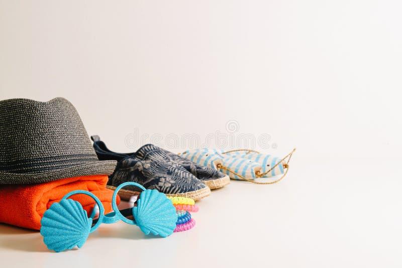Wakacje letni podróży pojęcie Modniś Plażowe rzeczy dla dnia przy t zdjęcie stock