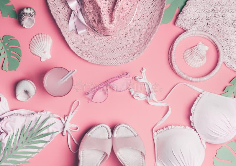 Wakacje letni pojęcie z kobiety plaży akcesoriami: bikini, słońce kapelusz, sandały, okulary przeciwsłoneczni, torba, morze skoru obraz royalty free