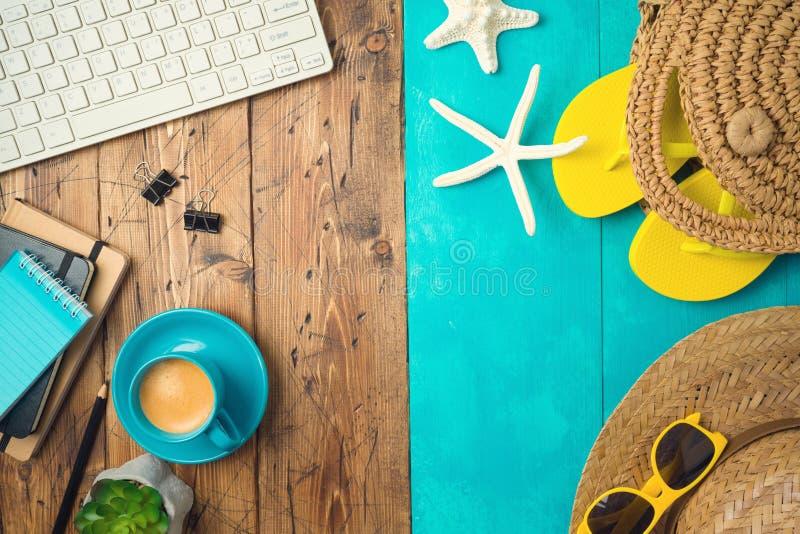 Wakacje letni urlopowy pojęcie z plażowymi akcesoriami i biurowego biurka tłem Odg?rny widok od above zdjęcie royalty free
