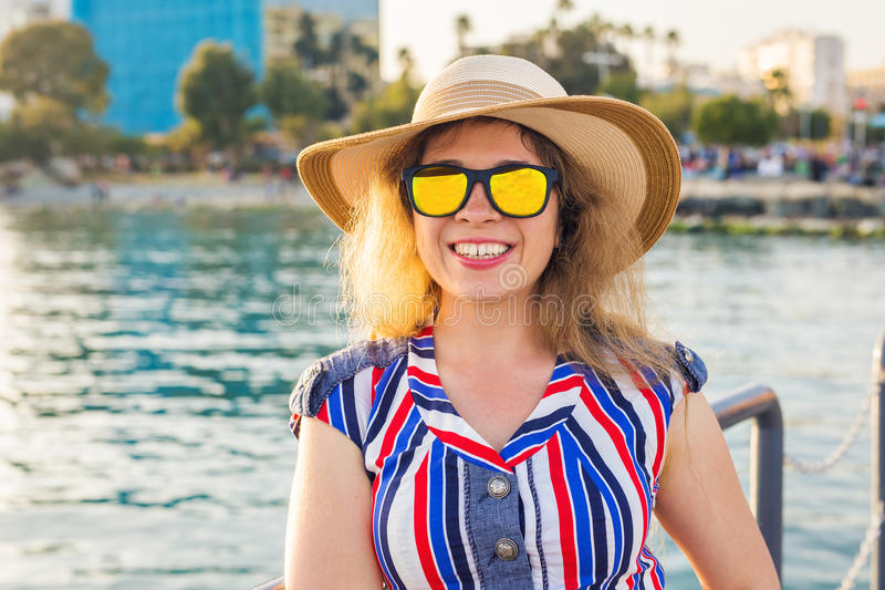 Wakacje letni, wakacje, podróż i ludzie pojęć, - uśmiechnięta młoda kobieta jest ubranym okulary przeciwsłonecznych i kapelusz na zdjęcia royalty free
