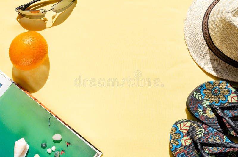 Wakacje letnie poj?cie Mieszkanie nieatutowy s?omiany kapelusz, okulary przeciws?oneczni, trzepni?cie klapy, pomara?cze i seashel fotografia stock