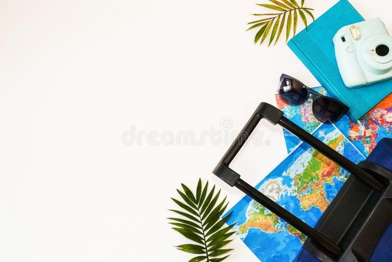 Wakacje letnie poj?cie Podr??y, turystyki i wakacje poj?cia t?o, Podr??nik?w akcesoria Mieszkanie nieatutowy Błękitna walizka z t fotografia royalty free