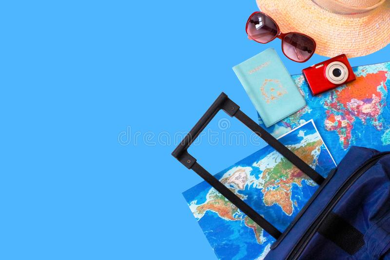 Wakacje letnie poj?cie Podr??y, turystyki i wakacje poj?cia t?o, Podr??nik?w akcesoria Mieszkanie nieatutowy B??kitna walizka z t zdjęcie stock