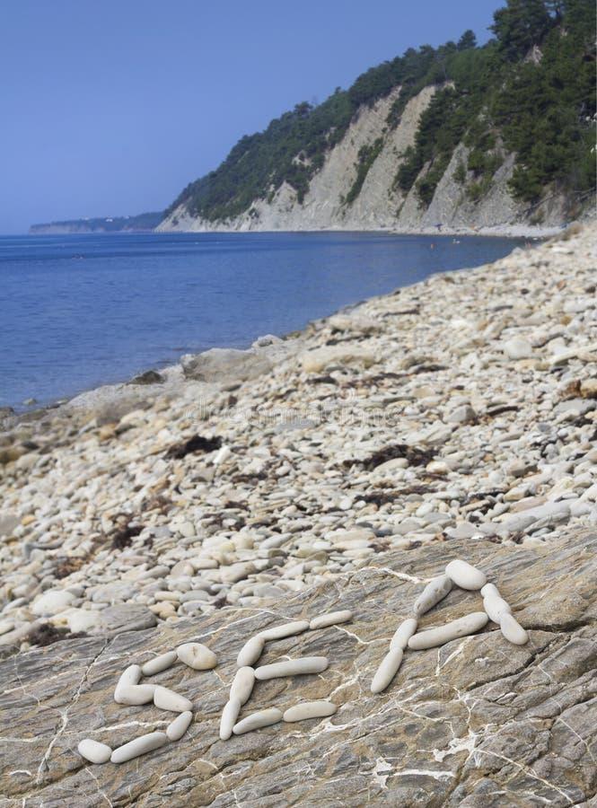 Wakacje na plaży Otoczak inskrypcja od kamieni obraz stock
